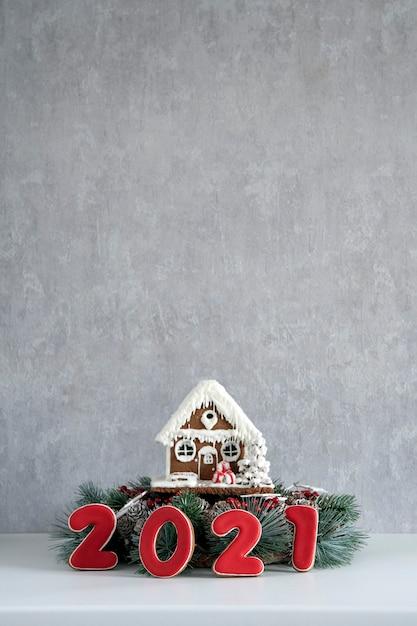 ジンジャーブレッドハウスと碑文2021。メリークリスマスの背景、コピースペース。 Premium写真