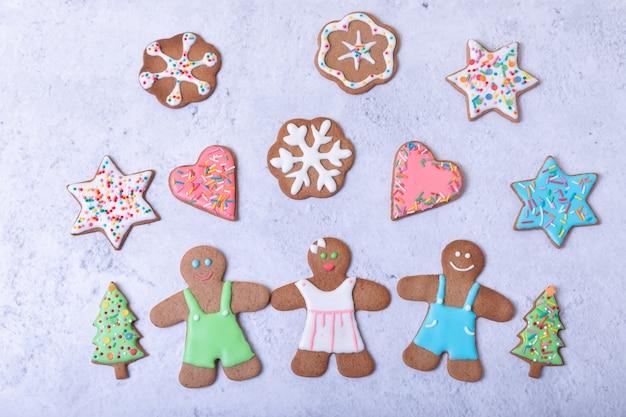 ジンジャーブレッドマンとフィギュア。伝統的な新年とクリスマスの自家製クッキー。クリスマスの背景。セレクティブフォーカス、クローズアップ。 Premium写真