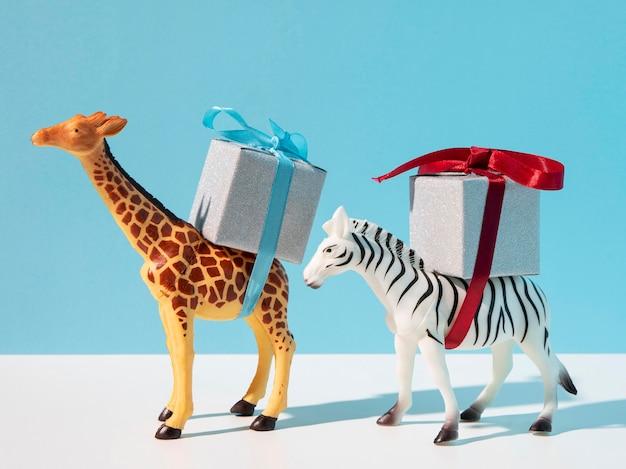 贈り物を運ぶキリンとシマウマのおもちゃ 無料写真