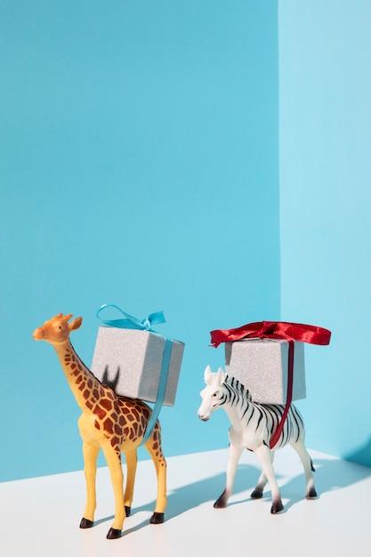 プレゼントを運ぶキリンとシマウマのおもちゃ 無料写真