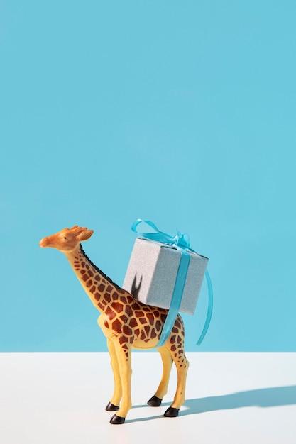 Giocattolo della giraffa che trasporta presente Foto Gratuite