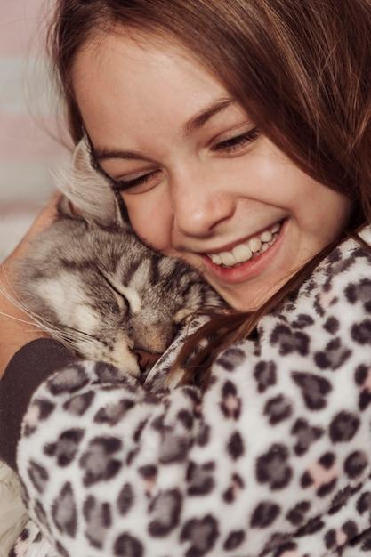 幸せで素敵な女の子と猫 無料写真