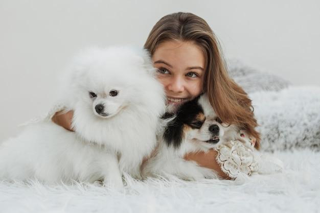 Девушка и вид спереди милые белые щенки Бесплатные Фотографии