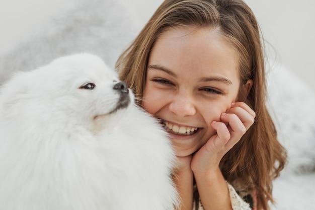 女の子と犬は幸せで遊んでいます 無料写真