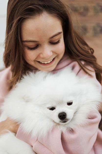 女の子とふわふわ犬のハイビュー 無料写真