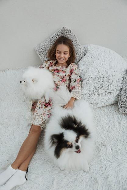 Девушка и ее собаки высокий вид Бесплатные Фотографии