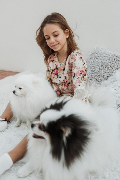 ベッドの上の女の子と彼女の犬 無料写真