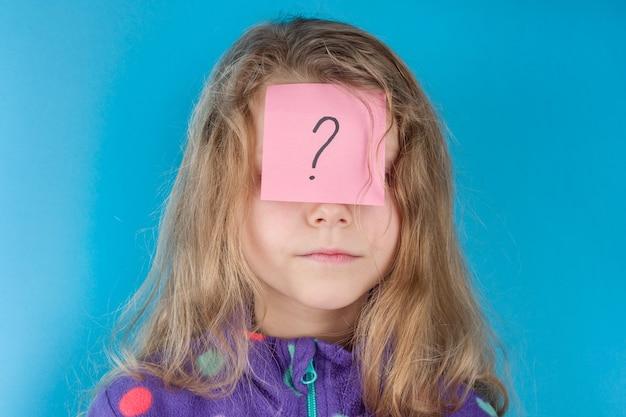 Девушка и стикер вопросительный знак на лбу Premium Фотографии