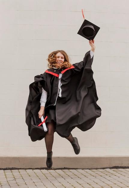 Девушка на выпускных прыжках Premium Фотографии