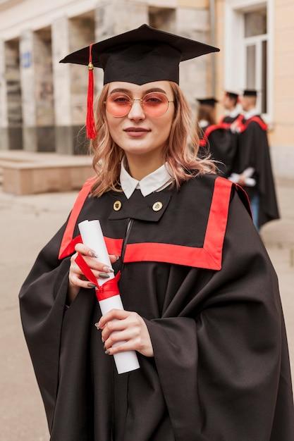 Девушка на выпускной с дипломом Бесплатные Фотографии