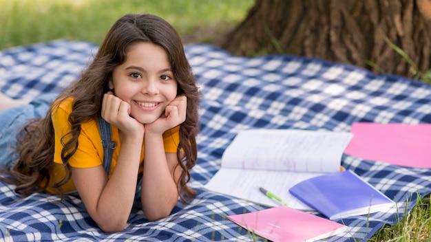 Девушка на лекции для пикника Бесплатные Фотографии