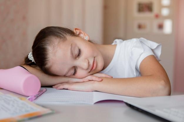 Ragazza stanca durante le lezioni online Foto Gratuite