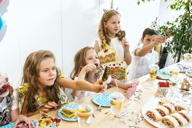 Girl birthday decorations. table setting with cakes, drinks and party gadgets. Free Photo