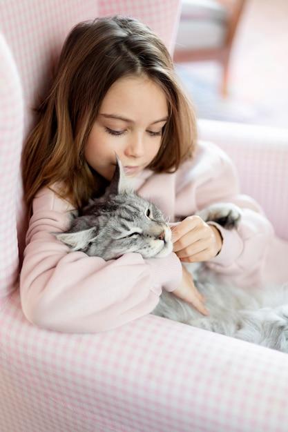 Vista laterale del gatto e della ragazza Foto Gratuite