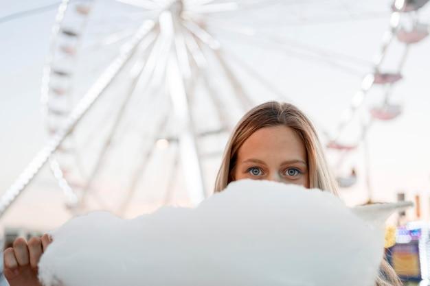 Ragazza che copre il viso con zucchero filato Foto Gratuite