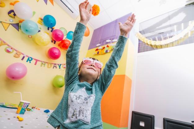 女の子、誕生日パーティーで踊る 無料写真