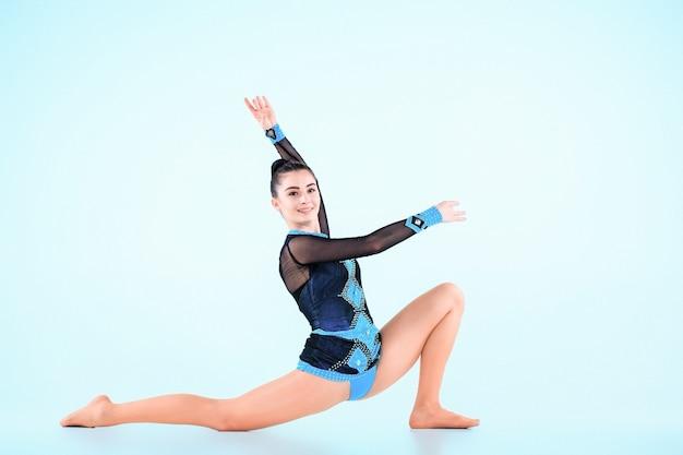 Девушка занимается гимнастикой на голубом Бесплатные Фотографии