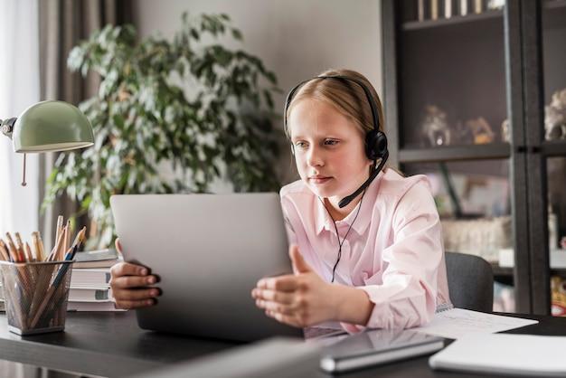 タブレットでオンラインクラスをしている女の子 無料写真