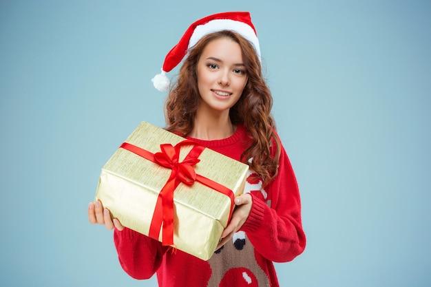 크리스마스 선물로 산타 모자를 입은 소녀 무료 사진