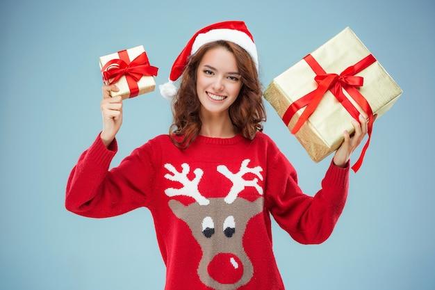 크리스마스 선물 산타 모자를 입은 소녀 무료 사진
