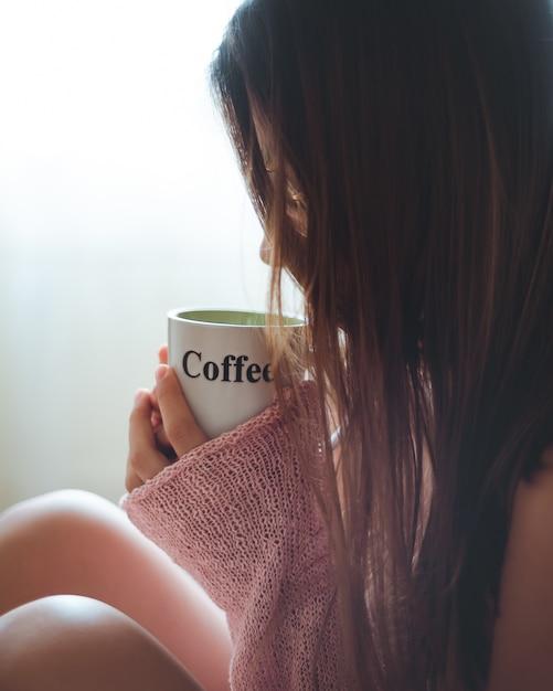 Девушка пьет чашку кофе Бесплатные Фотографии