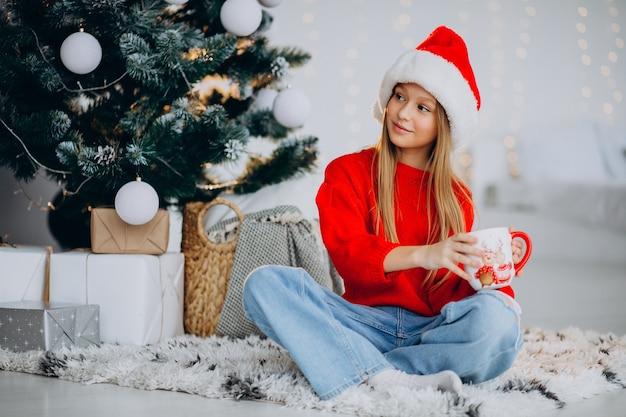 크리스마스 트리, 코코아를 마시는 여자 무료 사진