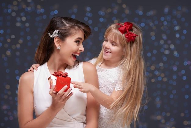 ママにプレゼントをあげる女の子 無料写真