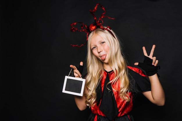 Ragazza in costume di halloween che gesturing e che fa smorfie Foto Gratuite