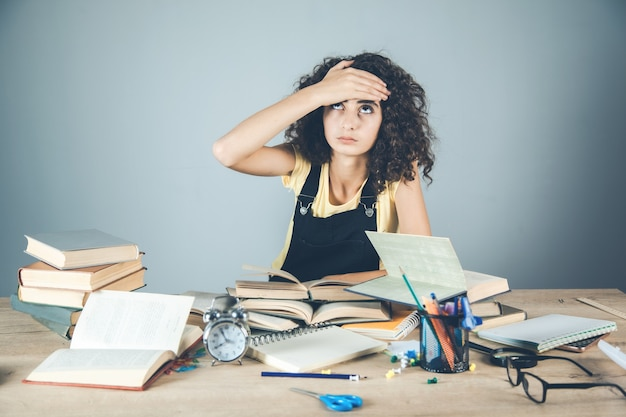 机の上の本と髪の少女の手 Premium写真