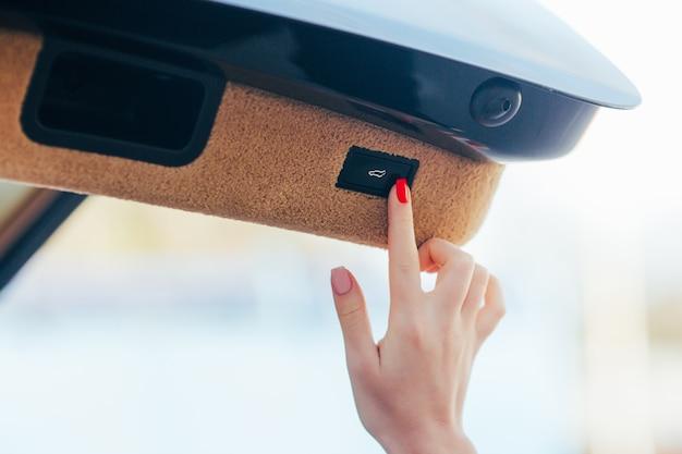 Девушка рука открыть отсек багажа в машине Бесплатные Фотографии