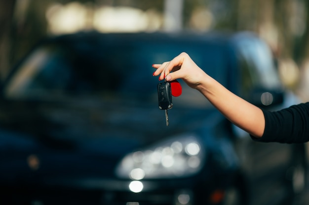 Mani della ragazza con la chiave della nuova automobile Foto Gratuite