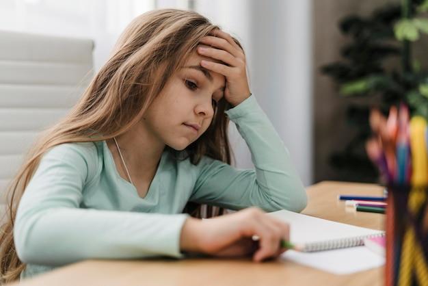 온라인 수업을하는 동안 두통이있는 소녀 무료 사진