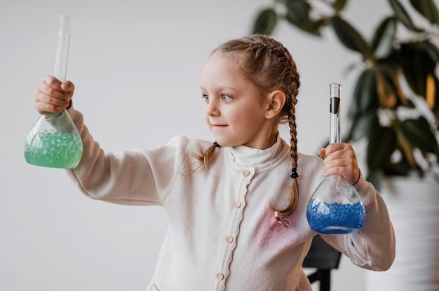 받는 사람에 화학 원소를 들고 소녀 무료 사진