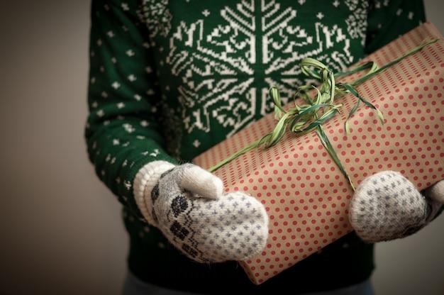 Girl holding a christmas gift. Premium Photo