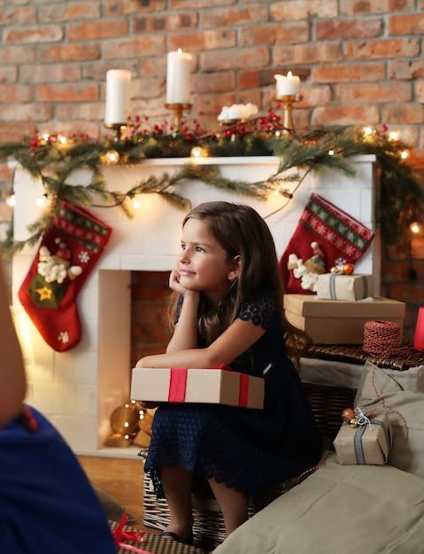 Девушка держит рождественский подарок Бесплатные Фотографии