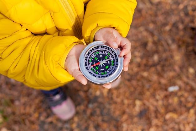 森の中のコンパスを持って女の子 Premium写真