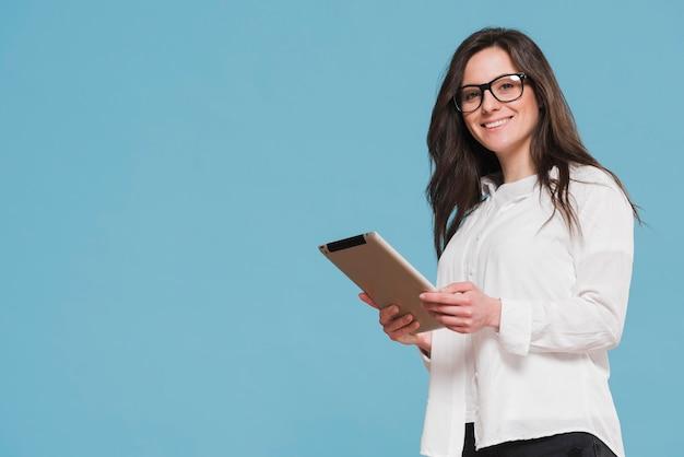 Девушка держит цифровой планшет копией пространства Premium Фотографии