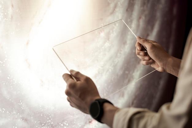 그녀의 손에 투명 태블릿을 들고 소녀 무료 사진