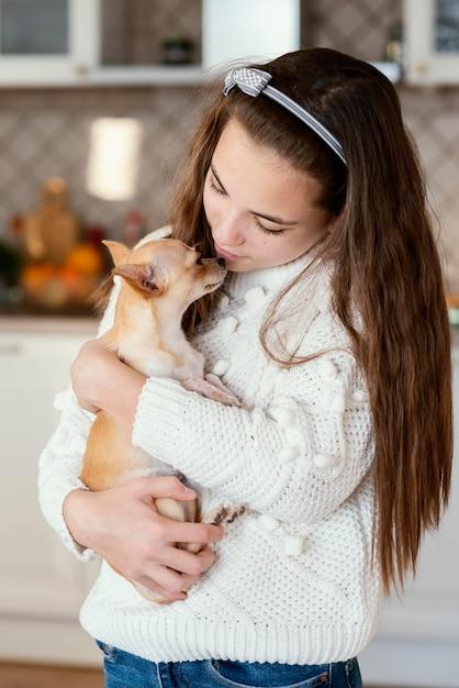 Ragazza a casa con il cane Foto Gratuite