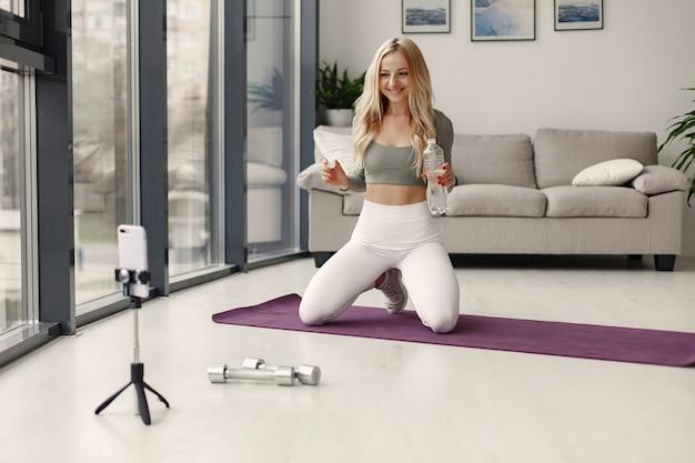Ragazza a casa. la donna fa yoga. lady gira un video blog. Foto Gratuite