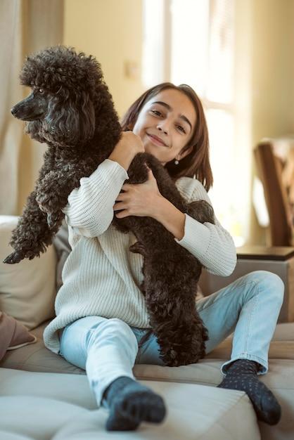 Ragazza che abbraccia il suo cane mentre è in quarantena Foto Gratuite