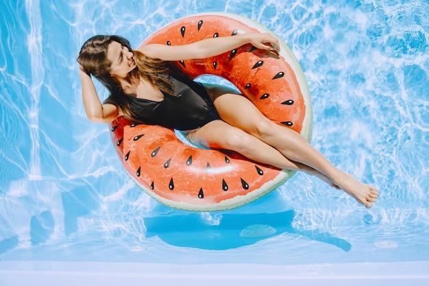 プールの女の子。スタイリッシュな水着の女性。夏休みの女性 無料写真