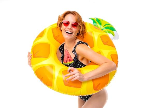 水泳のために円を描くロリポップと水着の女の子 Premium写真