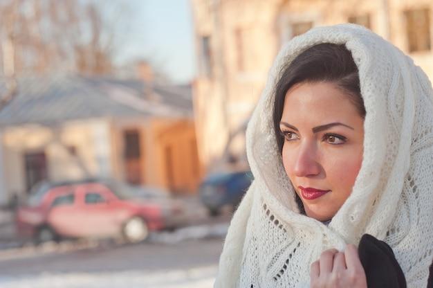Девушка в белом шарфе на голове. девушка крупным планом. женщина повязывает на голову шарф. Premium Фотографии