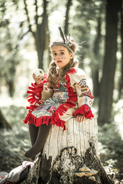 アメリカ・インディアンの衣装の女の子 無料写真