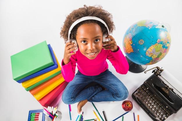 Девушка в наушниках с инструментами для изучения в студии Бесплатные Фотографии