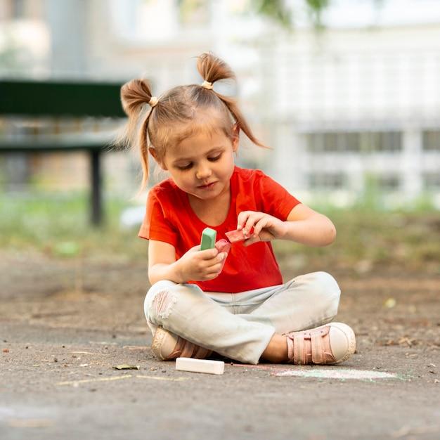 チョークで描く公園の少女 無料写真