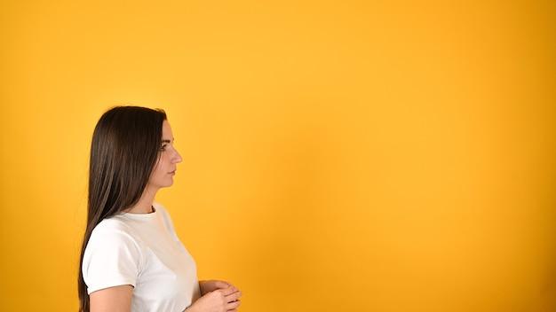 Девушка в профиль Premium Фотографии