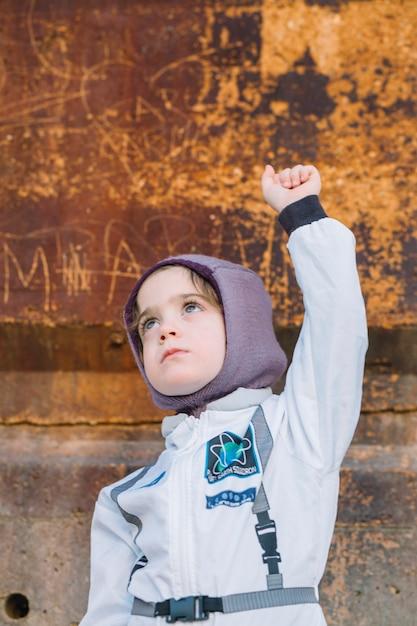 Девушка в скафандре на ржавой стене Бесплатные Фотографии