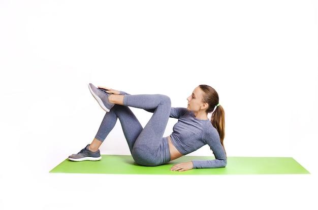 Девушка в спортивной тренировке в спортивной одежде Premium Фотографии